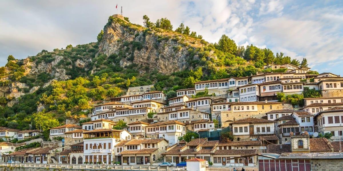 Albániával